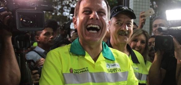 João Doria se vestiu de gari no seu primeiro dia de trabalho como prefeito da cidade de São Paulo