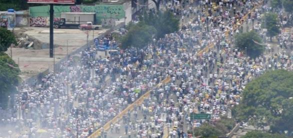 Policía reprime marcha opositora en Caracas | El Nuevo Herald - elnuevoherald.com