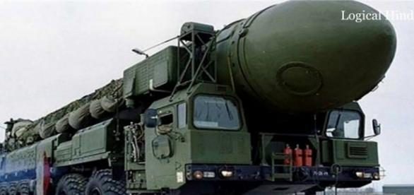 Un vehicul militar care transportă o rachetă nucleară balistică intercontinentală DongFeng-41 - Foto: YouTube
