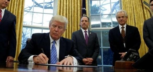 Donald Trump firma más decretos y quita a EE.UU. del acuerdo de libre - clarin.com