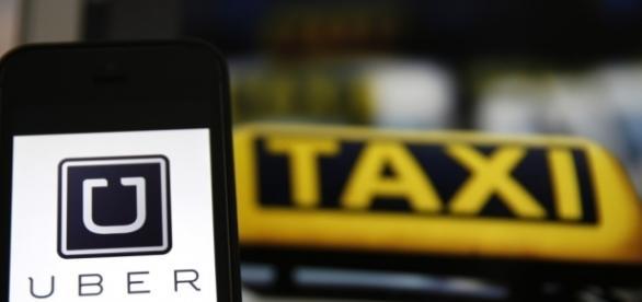 Taxistas realizam manifestação nesta terça-feira