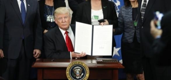 Trump assina ordem que dará inicio a construção do muro na fronteira com o México.