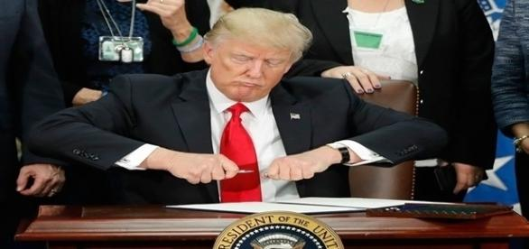 Na imagem o presidente dos EUA assinando o decreto que autoriza a construção do muro na fronteira com o México.