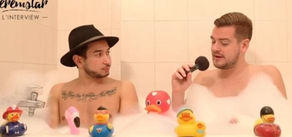 Axel balance tout en interview dans le bain de Jeremstar