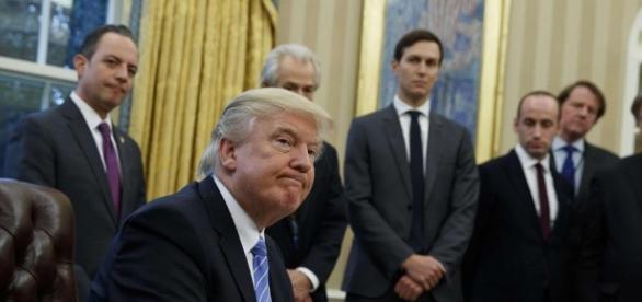 """Trump inizia il suo mandato con l'accelleratore """"a tavoletta"""" - immagine da avvenire.it"""