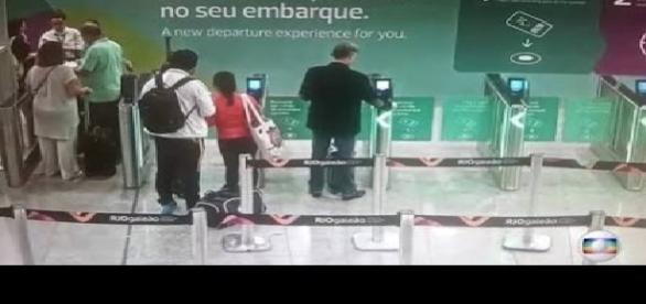 Câmeras gravam Eike Batista no embarque em aeroporto do Rio