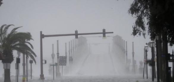 L'ouragan Matthew, affaibli, longe la côte est des Etats-Unis - voaafrique.com