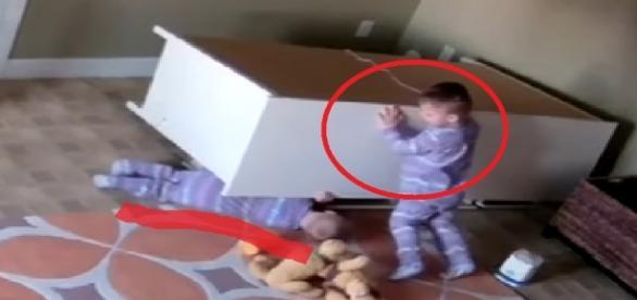 Bebê salva irmão gêmeo em vídeo - Google