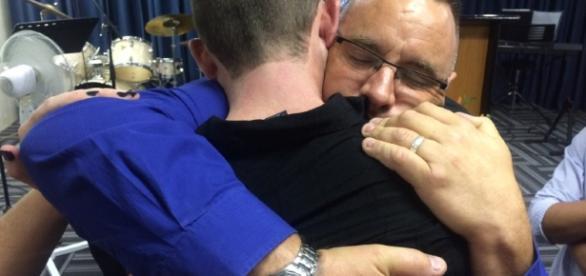Homem perdoando motoriata que matou seu filho