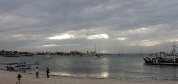La Bahía de la Paz en diciembre; se ven las embarcaciones que llevan al Espíritu Santo.