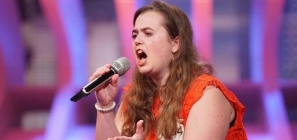 Stephanie Friebel (25) singt Roger Whittaker für Dieter; Fotos: RTL / Stefan Gregorowius