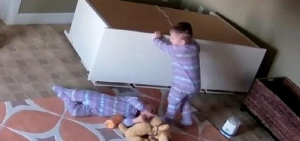 Un băiețel de de doi ani își salvează fratele geamăn peste care a căzut un dulap - Foto: captură YouTube