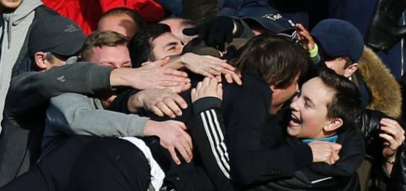 Após gol do Chelsea, Conte corre para a torcida