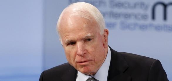John McCain: não aprova o decreto migratório
