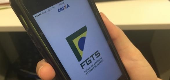 Como consultar o saldo do FGTS pelo celular.