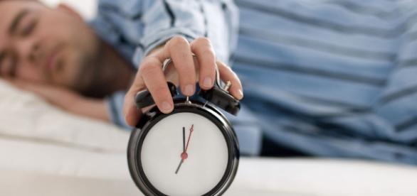Especialista não recomenda não olhar as horas ao acordar no meio da noite