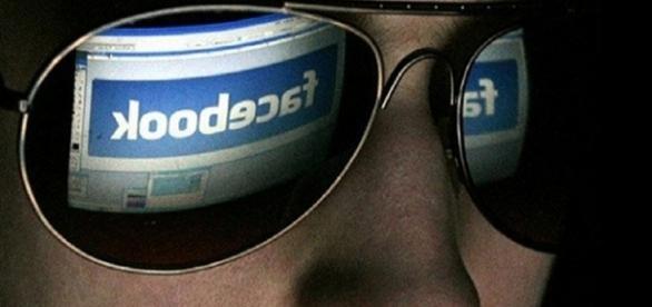 Internauta navegando pelo Facebook