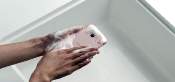 lo smartphone che si lava col sapone!