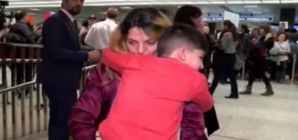 Na imagem a criança que na verdade é americana sendo abraçada pela mãe depois da confusão.