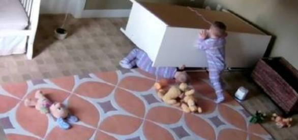 Câmeras de segurança flagraram a ação do garotinho que salvou o irmão