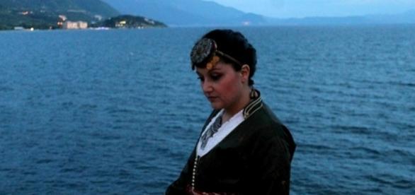 Cantora Melina Chatzikamanoy com os trajes típicos dos gregos pônticos