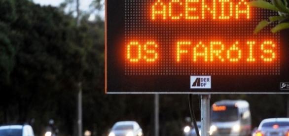 Faróis acesos na cidade poderiam reduzir acidentes urbanos