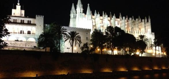 Links der königliche Palast / rechts die Kathedrale. Foto: Grischa Baumeister