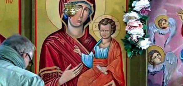 """Padres e fiéis acreditam que as lágrimas são """"um sinal de Deus"""". Na foto 2, veja a imagem ampliada das supostas lágrimas. (CEN)"""