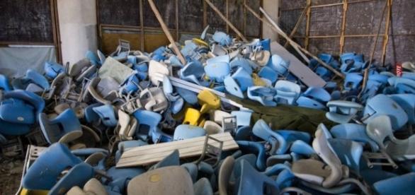 Cadeiras inutilizadas amontoadas no entorno do estádio