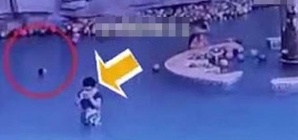 Na imagem é possível ver a mãe com o aparelho e somente a cabeça da criança que já não conseguia subir à superfície.