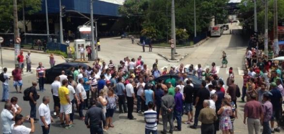 Passageiros que chegavam ao terminal tiveram que desembarcar na rua. Foto: divulgação
