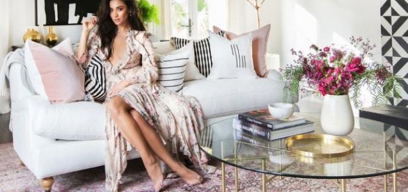 Shay Mitchell em sua sala de estar luxuosa