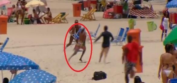 Suspeito de assalto é perseguido por banhistas na Praia de Copacabana.