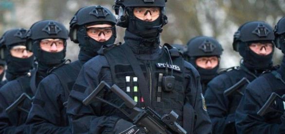 Was nützen die schönsten Uniformen, wenn einem die Gefährder entgleiten? (Fotoverantw./URG Suisse: Blasting.News Archiv)