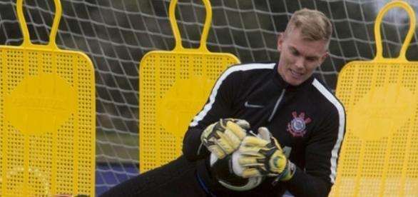 Corinthians confirma empréstimo de Douglas para o Avaí