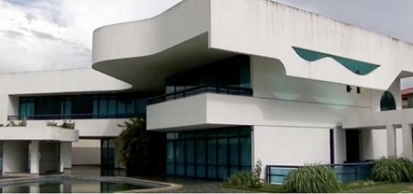 Mansão de ex-senador Valmir Amaral é invadida por moradores de rua, em Brasília.