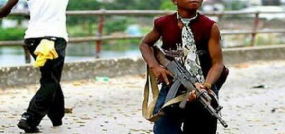 Menor de idade armado com fuzil