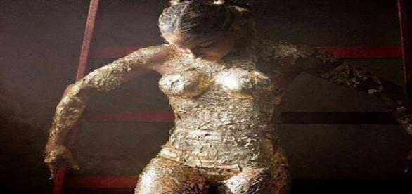 Claudia Leitte faz trabalho pintada de dourado e coberta de glitter