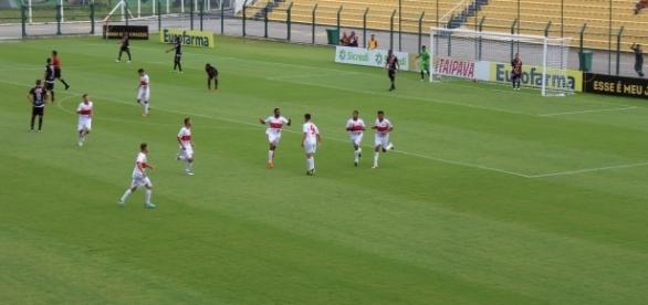 Jogadores do União Mogi comemoram o primeiro gol do jogo (Foto: Guilherme Borges)
