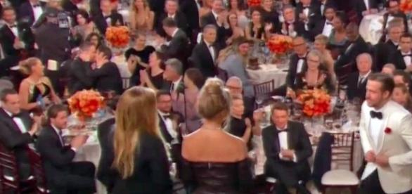 O beijo de Andrew Garfield em Ryan Reynolds deu o que falar no Globo de Ouro