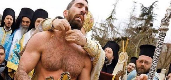 Nikolas Solis recebe a bênção do Patriarca Ecumênico Bartolomeu, após recuperar a Cruz Ortodoxa