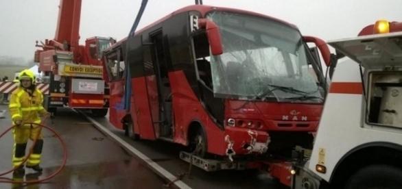 O ônibus ficou parcialmente destruído