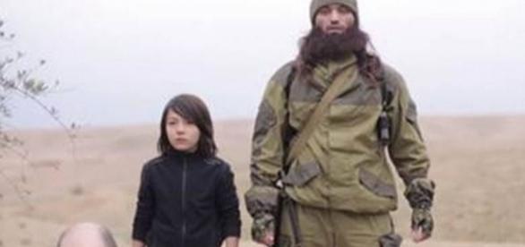 Estado Islâmico usa criança para matar prisioneiro