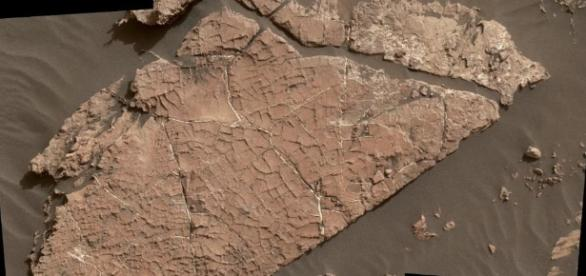NASA's Curiosity finds new water evidence in possible cracked mud ... - aivanet.com