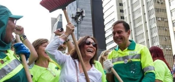 Prefeito João Doria aparece vestido de gari em meio nas ruas de São Paulo