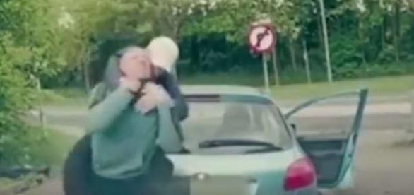 Un golan și prietenul său au fost bătuți măr de un luptător de MMA - Foto: captură YouTube