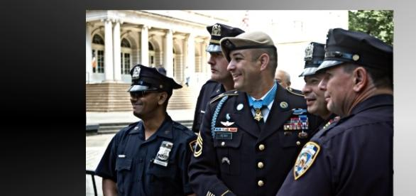Amerykańscy policjanci coraz rzadziej są w dobrym nastroju (fot. flickr.com, CC B-Y 2.0)