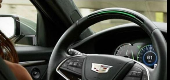 Motorista andando de carro sem precisar usar as mãos