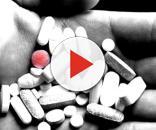 Una serie di farmaci nelle mani di un uomo