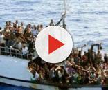 Un barcone colmo di immigrati pronti a sbarcare
